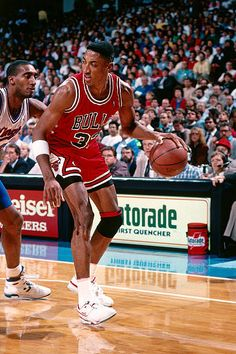 Basketball Photos, Basketball Legends, Basketball Players, Chicago Bulls, Nba Bulls, Ar Jordan, Michael Jordan Basketball, Scottie Pippen, Nba Pictures