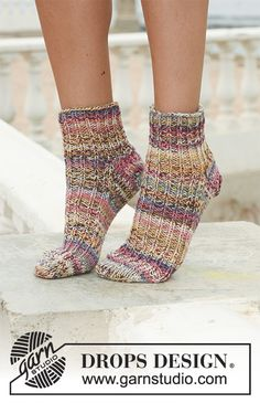 "Candy and Spice - Short DROPS socks in 2 threads ""Fabel"" with rib on upper foot. - Free pattern by DROPS Design Baby Hat Knitting Pattern, Knitting Socks, Knitting Patterns Free, Free Knitting, Free Pattern, Knitted Slippers, Crochet Slippers, Drops Design, Knitted Dolls Free"
