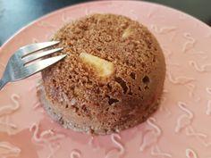 Une petite idée saine et rapide pour le goûter ou en dessert. Ingrédient pour 1 personne 1sp 15g de farine 5g de son d avoine 5g de son de blé 1 oeuf 40g fromage blanc 0% 1/2 pomme 3g de cacao sans sucre 1 pincée de levure Édulcorant en option selon vos... Dessert Ww, Ww Desserts, Bowl Cake Sans Oeuf, Weigth Watchers, Plats Weight Watchers, Desserts Sains, Poke Bowl, Cacao, Muffin