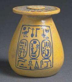 Vase aux noms d'Aménophis III et de Tiy 1391 - 1353 avant J.-C. -  faïence siliceuse  | Site officiel du musée du Louvre