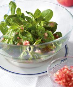 Feldsalat ist ein klassischer Starter bei weihnachtlichen Menüs. Bei dieser Variante wird er mit einer Granatapfel-Vinaigrette angemacht. Da gibt es Vitamine direkt mit dazu!