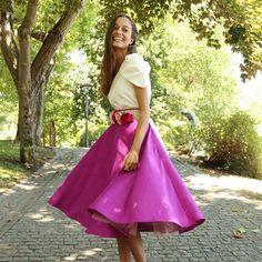 Falda Sauvage en color morado en tela de seda salvaje con una capa de tul por debajo para que coja cuerpo. Esta falda midi se confecciona a mano y a medida en nuestro taller. Look de boda y cinturón de flores- Aluèt