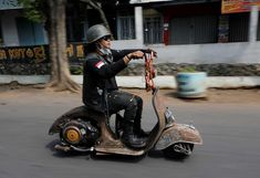 Extreme Vespas. Mechanical problems can arise, with some of the more ramshackle machines often breaking down. Motos Vespa, Vespa Scooters, Italian Scooter, Post Apocalypse, Riding Helmets, Motorcycle, World, Vehicles, Drawing Expressions
