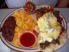 Arroz de vegetales, tacos con carnita de res y salsa de queso parmesano, habichuela y pico de gallo.