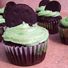 Girl Scout Thin Mint Cookie Cupcakes - ingenious.    http://www.ladybirdln.com/2011/03/chocolate-mint-cupcake-madness.html