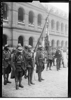 16/5/19, aux Invalides, le drapeau du 1er Sénégalais décoré de la fourragère : [photographie de presse] / [Agence Rol]