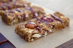 Toffeemaisen tahmeat pähkinäpatukat ovat koukuttavan herkullisia gluteenittomia herkkuja.