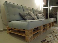 como-fazer-um-sofa-de-pallets-finalização Wooden Pallet Crafts, Wooden Pallets, Sofa Futon, Couch, Pallet Sofa, Loft, Decorating Your Home, Sweet Home, Interior Design