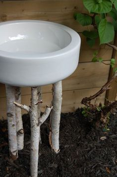 The View from the Porch: Bird Bath Ideas. I'd love a bird bath in the back yard. Though I don't think my beagle would be too friendly to our winged guests . Bird Bath Garden, Diy Bird Bath, Garden Water, Diy Garden Projects, Garden Crafts, Outdoor Projects, Garden Junk, Garden Whimsy, Garden Beds