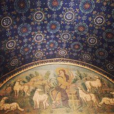 Ce mausolée au plafond étoilé fait en mosaïque date du V et VI ème siècle. Pas de mot pour décrire la beauté (Mausoleo di Galla Placidia, #Ravenna) - Instagram by @Adeline