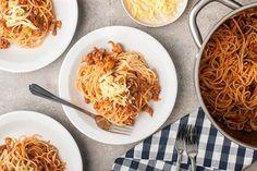 Sięgnij po przepis na ekspresowe spaghetti po studencku. Prosty i szybki w wykonaniu przepis znajdziesz na stronie Kuchni Lidla.