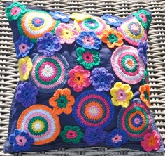 Chris in de haak. Will interpret onto my own pillow form and add a bag of assorted crochet flowers :) Love Crochet, Diy Crochet, Crochet Flowers, Crochet Baby, Crochet Cushions, Crochet Pillow, Crochet Blocks, Crochet Patterns, Knitting Projects