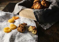 Sekoita kulhossa 3 dl mantelijauhoja, 1/2 tl ruokasoodaa/leivinjauhetta, 1 tl kanelia ja 1 tl ruususuolaa. Sekoita blenderissä 1 dl kuivattuja aprikooseja, 2 kananmunaa, 1 rkl agavesiirappia, 0,5 dl vastapuristettua appelsiinimehua ja 0,5 dl oliiviöljyä. Blendaa ainekset tasaiseksi ja sekoita ne kuivien ainesten joukkoon. Vaivaa taikinaksi ja pyörittele pellille pieniä palloja. Paina jokainen pallo päältä hieman tasaiseksi ja paista 225 asteessa 15 minuuttia.