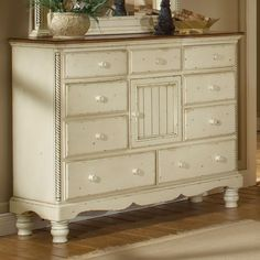 Add a touch of vintage styled elegance to your home with the Wilshire mule chest. With nine drawers, one cupboard and an antique white finish, this piece looks fabulous in any room.