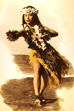 Photo of Young woman hula on the beach, plumeria leis, maile on hands and feet hand tint (HAWAII) Hawaiian People, Hawaiian Girls, Hawaiian Dancers, Hawaiian Art, Vintage Hawaiian, Polynesian Dance, Polynesian Culture, Dance Baile, Islas Cook