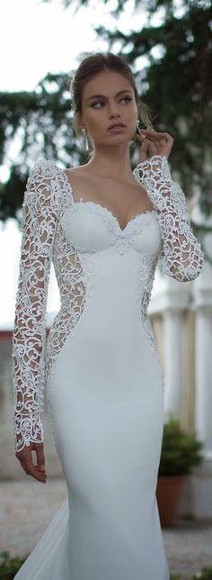 Cô dâu mê mẩn vì sự quyến rũ và sexy của váy cưới Berta | Xinhxinh