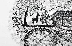 繊細な細部に、植物や動物が表現されています。