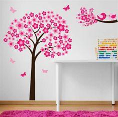 Väggdekor till flickrummet med blommande körsbärsträd