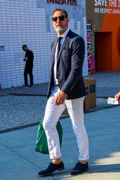 """ネイビージャケットといえば、ビジカジスタイルはもとより、オフの着こなしにおいても重宝するメンズファッションの定番アイテムだ。今回は""""ネイビージャケット""""にフォーカスして、注目の着こなし&アイテムを紹介! ネイビージャケットの着こなし 【ビジネススタイル】 ビジネスパーソンにとって最も気になるビジネススタイルを紹介。「あえて冒険しない定番ビジネススタイル」「TPOに合わせてアレンジを効かせたビジネススタイル」「トレンドを取り入れたビジネススタイル」など、幅広い着こなしをピックアップ! ネイビージャケット×グレーパンツスタイル ネイビーのテーラードジャケットにホワイトドレスシャツ、ネイビータイを合わせた精悍な印象を与えるジャケパンスタイル。ダブル仕上げのグレーパンツに内羽根式のグローブシューズを合わせてさりげない遊び心をプラス。 ISAIA(イザイア) ウールシルクジャケット 詳細・購入はこちら ネイビーダブルジャケット×グレーパンツスタイル 4Bタイプのネイビーダブルジャケットにタイドアップシャツ、グレーパンツを合わせたジャケパンスタイル。タイとジャケッ..."""