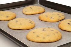 Ovi biskviti imaju četiri sastojka i peku se samo deset minuta. Ne postoji ništa lakše. Mogu biti hrskaviji, ako ih ostavite u rerni nekoliko minuta duže. O