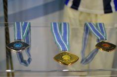 Yleisurheilun MM-kisojen 2005 palkintomitalit suunnitteli Markku Piri. Helsingin olympiastadion pidätteli henkeään, kun Tommi Evilä voitti MM-pronssia pituushyppytuloksellaan 825 vuonna 2005. Tulos oli samalla Suomen ennätys.