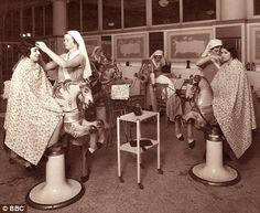 A hair salon in the Selfridges store. 'We want Selfridges to be the pleasantest resort, said Gordon Selfridge on opening the store. Antique Photos, Old Photos, Vintage Photos, Vintage Hairstyles, Hairstyles With Bangs, Mr Selfridge, Retro Updo, Retro Hair, Fleet Street