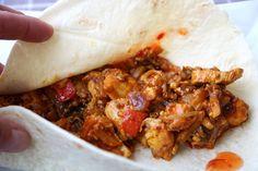 Super snelle kruidige wrap met kip en Oosterse groente - De keuken van Ursie Dutch Recipes, Cajun Recipes, Sausage Recipes, Cajun Shrimp Pasta, Tortilla Wraps, Sausage Pasta, Taco, Grilling Recipes, Recipes