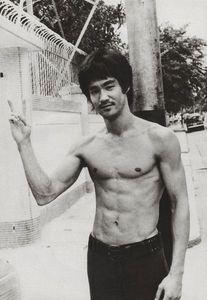 Bruce lee in Hong Kong Bruce Lee Photos, Bruce Lee Art, Bruce Lee Martial Arts, Brandon Lee, Bruce Lee Family, Enter The Dragon, Celebrity Workout, Sharon Tate, Martial Artist