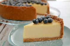Classic New York Baked Cheesecake - A cheesecake is the perfect dessert for summer entertaining! Make this one ahead of time for a simple, fuss-free dinner party or BBQ. New York Baked Cheesecake, Basic Cheesecake, Baked Cheesecake Recipe, No Bake Cheesecake, American Cheesecake, Baking Tins, Bread Baking, Summer Desserts, Tray Bakes