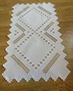 Hardanger Embroidery Ideas Fotoğraf: Vit Löpare i hardangerbroderi Types Of Embroidery, Modern Embroidery, Embroidery Art, Cross Stitch Embroidery, Embroidery Patterns, Hobbies And Crafts, Arts And Crafts, Drawn Thread, Hardanger Embroidery