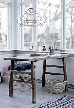 少し古い雰囲気のあるテーブルでレトロ感を。 木の質感を変えるだけで、また一つ違う空間演出。