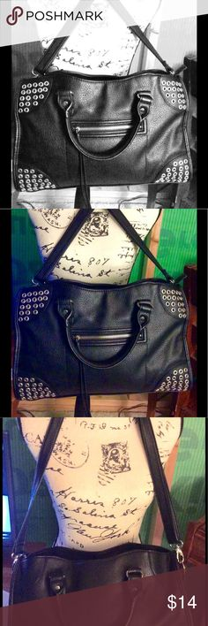Steve Madden tote handbag Steve Madden tote handbag One problem is one of the handles is coming undone or unthreading. See pic price is reduced accordingly. Steve Madden Bags Totes