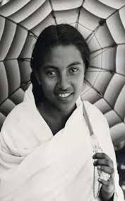 Femme Malagasy des hauts-plateaux - Ombrelle - Lamba Blanc - Tresse derrière la tête.