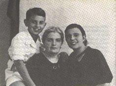 Junto a su madre María Muñiz y su hermana Maruja.
