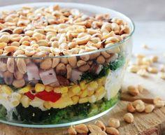 Warstwowa sałatka z brokułem, kukurydzą, szynką i orzeszkami ziemnymi