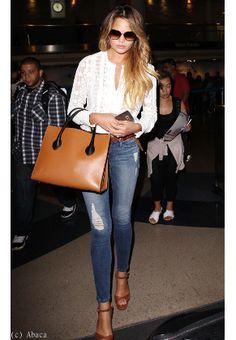 Chrissy Teigen : jean skinny et blouse dentelle