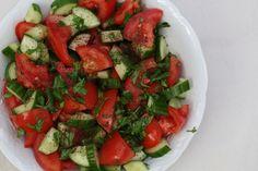 Tomaten-komkommer salade, hoe simpel wil je het hebben? Slechts een paar ingredienten maar door de toevoeging van sumak toch een hele andere smaaksensatie.| Claudia's Keuken Caprese Salad, Food, Salads, Tomatoes, Meals, Insalata Caprese