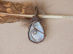 Pendentif wire wrap sur pierre de lune par oPetitePlumeo sur Etsy #crystal #jewelry #wire wrap #wirewrapping #handmade #necklace #instagood #gemstone #gems #unique #artisan #moonstone #plume #petiteplume #antique #moon