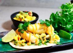 Tempurafriterad tors med mango- och avokadosallad-tacos