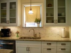 A modern kitchen is usually characterized by few, simple and clean lines, an overall cohesive and fluid décor and very few decorative elements. But the backsplash is an element for which most of these rules don't apply. It's a space where texture can be used for contrast and where pattern is almost a must-have