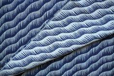 Le tissu jacquard créateur VAGUE est dessiné dans notre studio et tissé en France.Ce tissu est idéal pour coudre des coussins, vestes, jupes, sacs et accessoires.Utilisation possible en recto e...