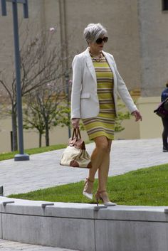 She is such a stylish woman. 60 Fashion, Over 50 Womens Fashion, Fashion Over 50, Fashion Outfits, Summer Work Outfits, Office Outfits, Casual Outfits, Mature Women Fashion, Work Attire