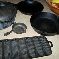 Serious collectors know that many people have old cast iron pots inherited from a relative sitting in the back of the cabinet waiting to be brought out for a yard sale. Cast Iron Care, Cast Iron Pot, Cast Iron Dutch Oven, Cast Iron Skillet, Cast Iron Cookware, Cast Iron Cooking, It Cast, Dutch Oven Cooking, Fun Cooking