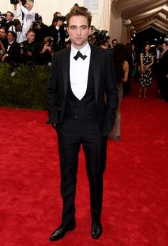 2015 Met Gala Fashion Critics' Roundup Name Robert Pattinson in Dior Homme as the Best Dressed Male at the event. Robert Pattinson Fka Twigs, Cool Tuxedos, Classic Tuxedo, Met Gala Red Carpet, The Fashionisto, Best Dressed Man, Vogue, Eddie Redmayne, Hollywood