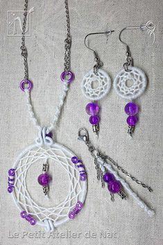 Collier Attrape-Rêves, Boucles d'oreille et Bijou Gri-Gri de sac, de cheveux ou de vêtement (bijou d'ornement). Réalisation [ Fait-Main ] avec des fils d'aluminium (Ø0,8/Ø2) et du fil de coton lustré, des chaînes en acier inox, des perles décoratives en verre et métalliques. Le bijou gri-gri de cheveux, de sac ou vêtement peut tout aussi bien se mettre dans les cheveux, selon la coiffure et les accessoires en place.