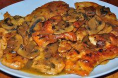 Recette d'escalopes de poulet au Marsala, crème, champignons - De fines escalopes cuisinées au Marsala et à la crème, aux champignons sautés à l'ail, un plat délicieux de la cuisine italienne.