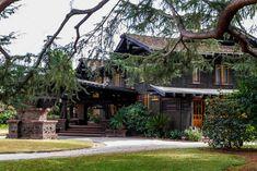 Robert R. Blacker House - Pasadena, Califórnia  A Casa de Robert Roe Blacker, muitas vezes referida como Blacker House é uma residência em  Pasadena, Califórnia, que agora está no Registro Nacional de Lugares Históricos dos EUA.  Foi construída em 1907 para Robert Roe Blacker e Nellie Canfield Blacker. Foi projetada por  Henry e Charles Greene, da célebre empresa Pasadena de Greene e Greene.  Esta casa foi um projeto pródigo para os irmãos Greene, custando mais de US $ 100.000,00 (US $  2,57…