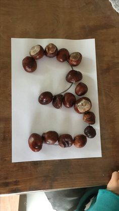 Making numbers with natural Materials Forest School Activities, Preschool Learning Activities, Kindergarten Math, Toddler Activities, Preschool Activities, Preschool Centers, Autumn Eyfs, Maths Eyfs, Waldorf Math