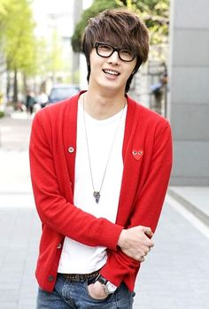 10 perfect photos showing the multiple sides of Jung Il Woo9. Adorable nerd.