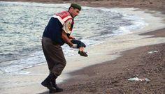Un policía traslada el cadáver del niño Aylan Kurdi.